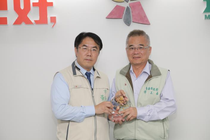 圖一:黃市長頒獎予勞工局王鑫基局長