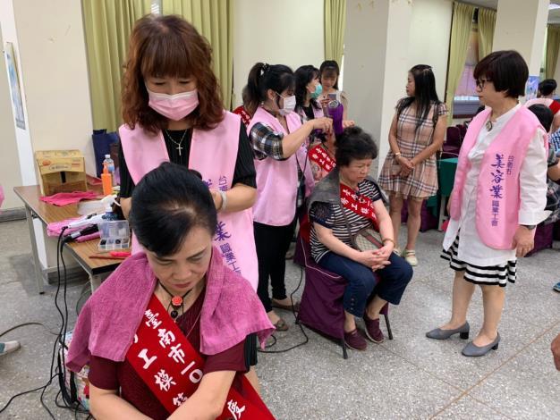 台南市美容業職業工會志工幫當選媽媽梳妝