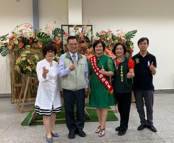 王鑫基局長與大台南總工會陳美靜副理事長與美容業工會辛美嬌理事長大合照