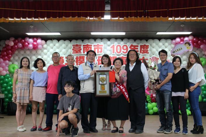 當選人王葉玉美媽媽及家人與市長大合照.JPG