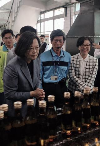 武漢肺炎防疫大作戰 總統親臨視察酒精產線(共4張)-1