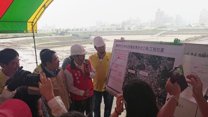 水利局局長李賢義向市長簡報照片