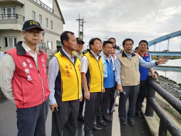 市長和水利局李局長視查學甲區華宗抽水站照片