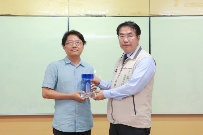 水養科科長獻優質獎給市長照片