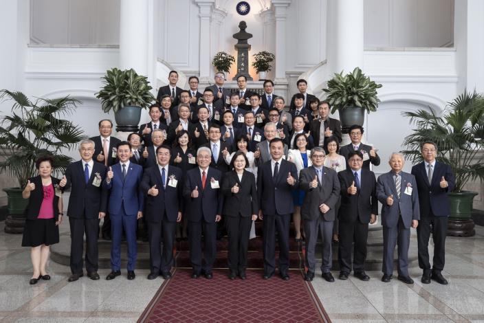 蔡英文總統(前排中)、黃偉哲市長(前排左四)與韓榮華局長(第三排左二)與政府官員及其他得獎代表共享榮耀(圖總統府提供)
