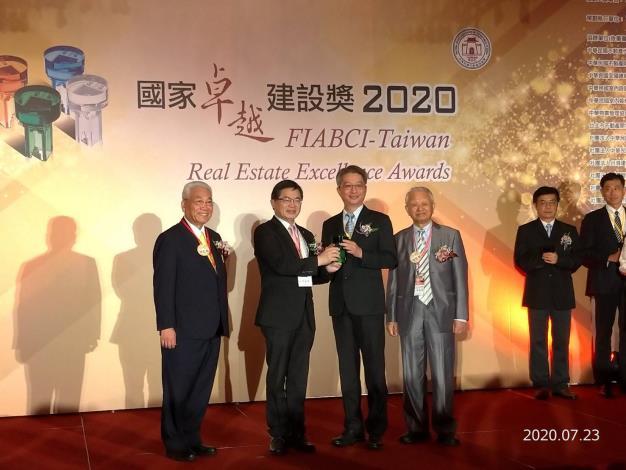 行政院李孟諺秘書長頒獎給臺南市政府水利局局長照片
