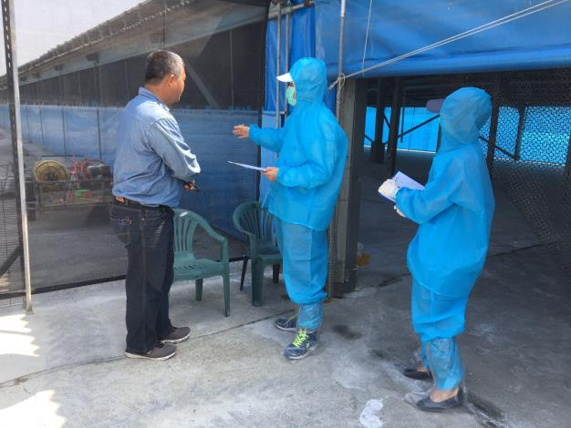 圖三、禽病專家至案例場進行流行病學調查及環境因子監測(採樣飼主鞋底),協助業者找出病毒入侵來源
