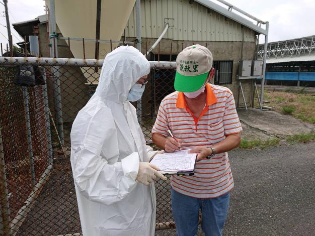 圖一、:動保處防疫人員至養禽場進行查核輔導,並要求落實生物安全工作