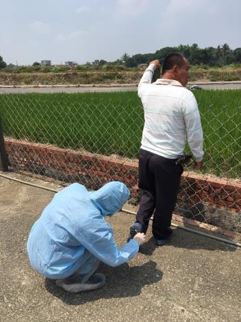 圖四、禽病專家至案例場進行流行病學調查及環境因子監測(採樣飼主鞋底),協助業者找出病毒入侵來源
