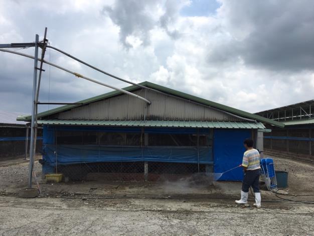 圖三、動保處叮嚀養禽業者加強生物安全防疫措施,落實禽場內外環境消毒及人員進出管制
