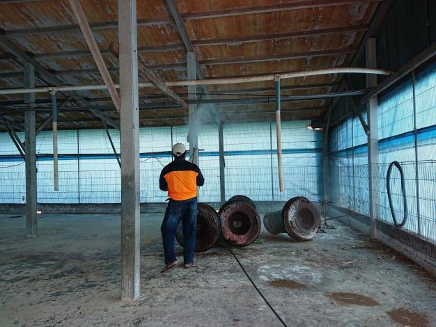 圖三、養禽業者進行禽舍消毒工作。