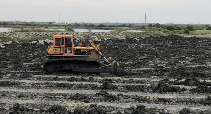 圖二、寒害過後或已收成魚塭應使用堆土機徹底翻土。
