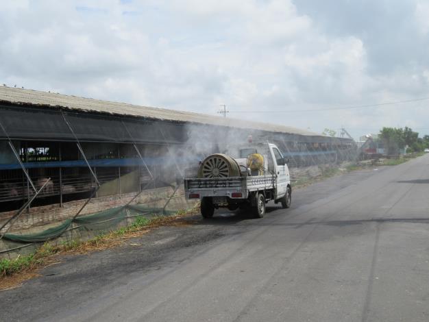 圖二、動保處消毒車協助牧場周邊消毒