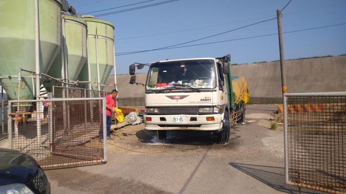 圖五、畜牧場車輛進出進行消毒工作
