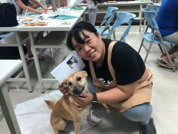 圖四、志工與動物之家犬隻寓教於樂