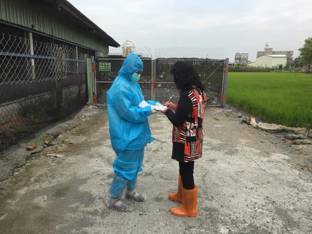 圖二、動保處人員於養禽場進行生物安全防疫訪視輔導