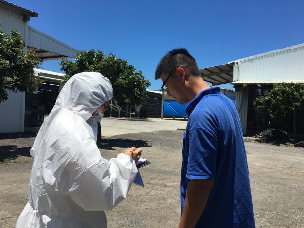 圖四、動保處人員於養禽場進行生物安全防疫訪視及輔導