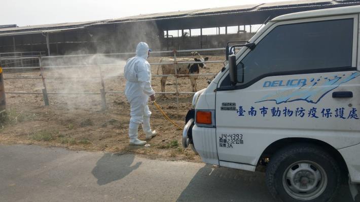 圖三、動保處加強酪農區牧場周圍環境消毒工作