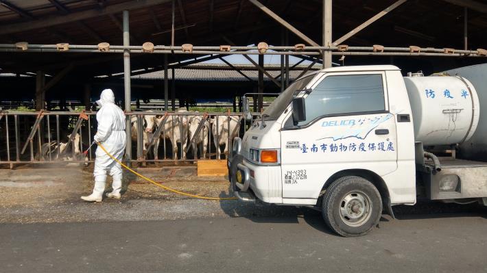 圖七、農業局動保處消毒車於柳營酪農區周邊加強防疫消毒