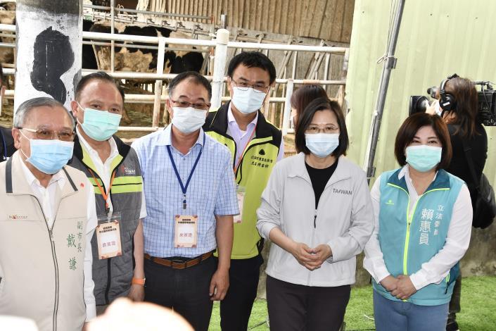 圖五、總統於養牛場外圍視察本市牛結節疹防疫情形