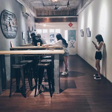 圖五、肥貓咖啡店內消費者與貓咪互動照片。
