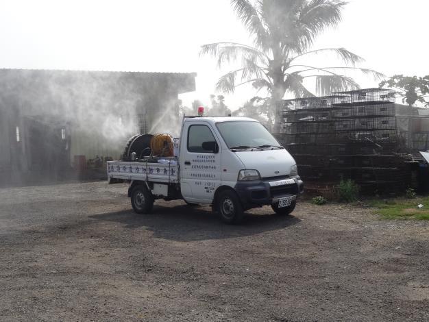 圖三、動保處消毒車於本市家禽理貨場進行噴霧消毒。