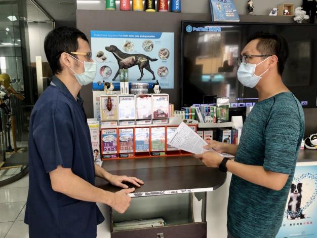 圖片2. 臺南市動物防疫保護處人員輔導業者進行換證作業