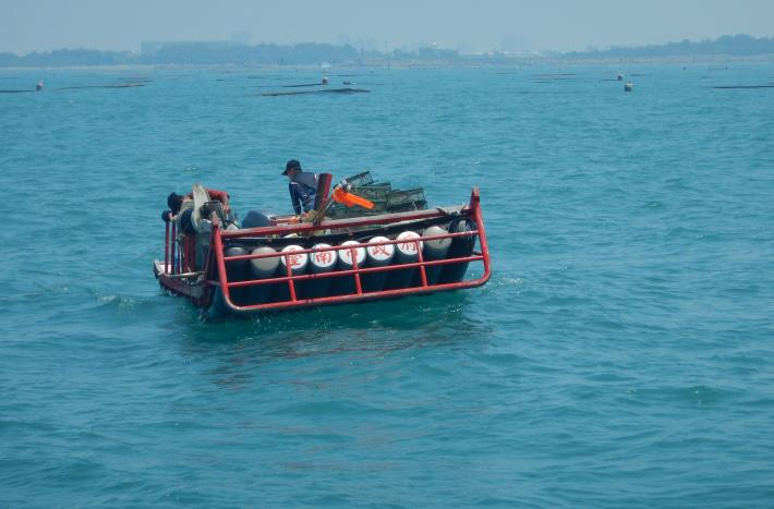 圖一 巡查小組取締違規籠具漁業