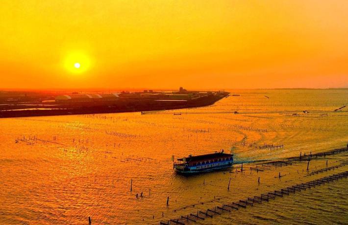 搭乘娛樂漁筏欣賞七股夕陽美景