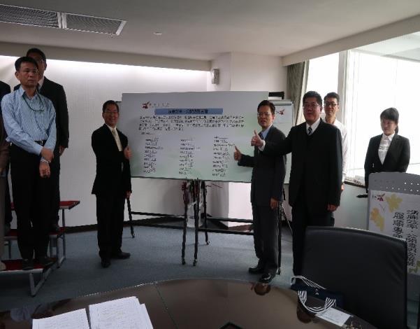 王揚智副秘書長率領府內一級單位主管及一級機關首長共同宣誓簽名