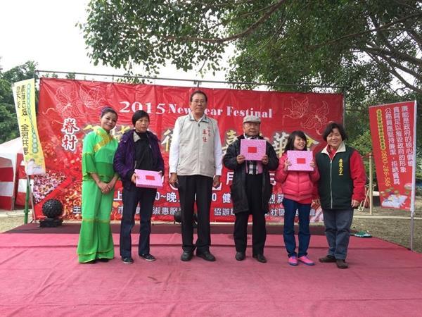 志工與參與有獎徵答民眾合影
