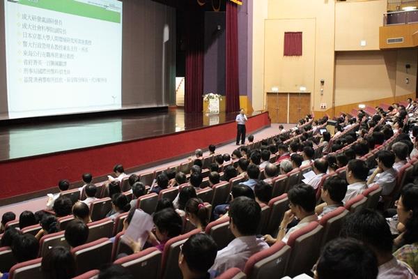 敦請國立成功大學政治經濟所楊所長永年擔任講座上課情形