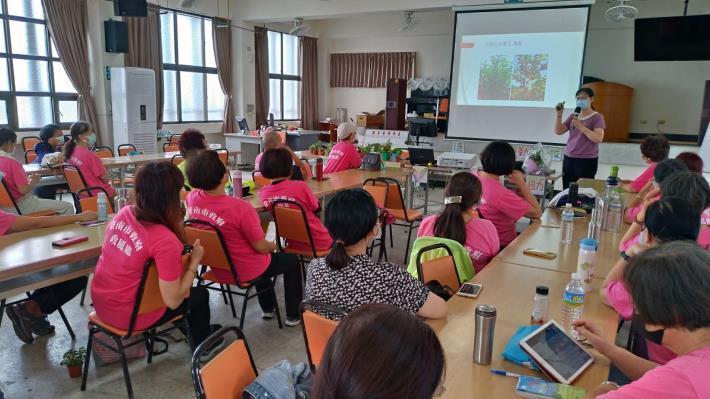 臺南市政府地政局莊麗檬主任與大家分享花草種植的過程中,欣賞自然生命的美好,陶冶心靈與情操。