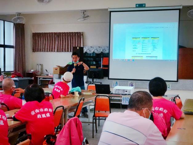 邀請臺南市公共運輸處運輸稽查課劉昆和課長授課,協助志工並給予正確的反饋資訊,建立本市公共運輸之友善環境與服務。