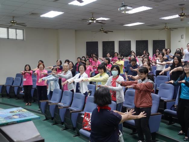 府城故事協會李美純講師在活動中以簡單又能搏得會心一笑的唱唱跳跳帶動全場氣氛