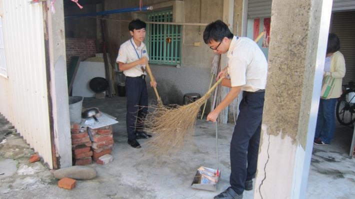 替代役役男關懷獨居老人居家清潔活動09