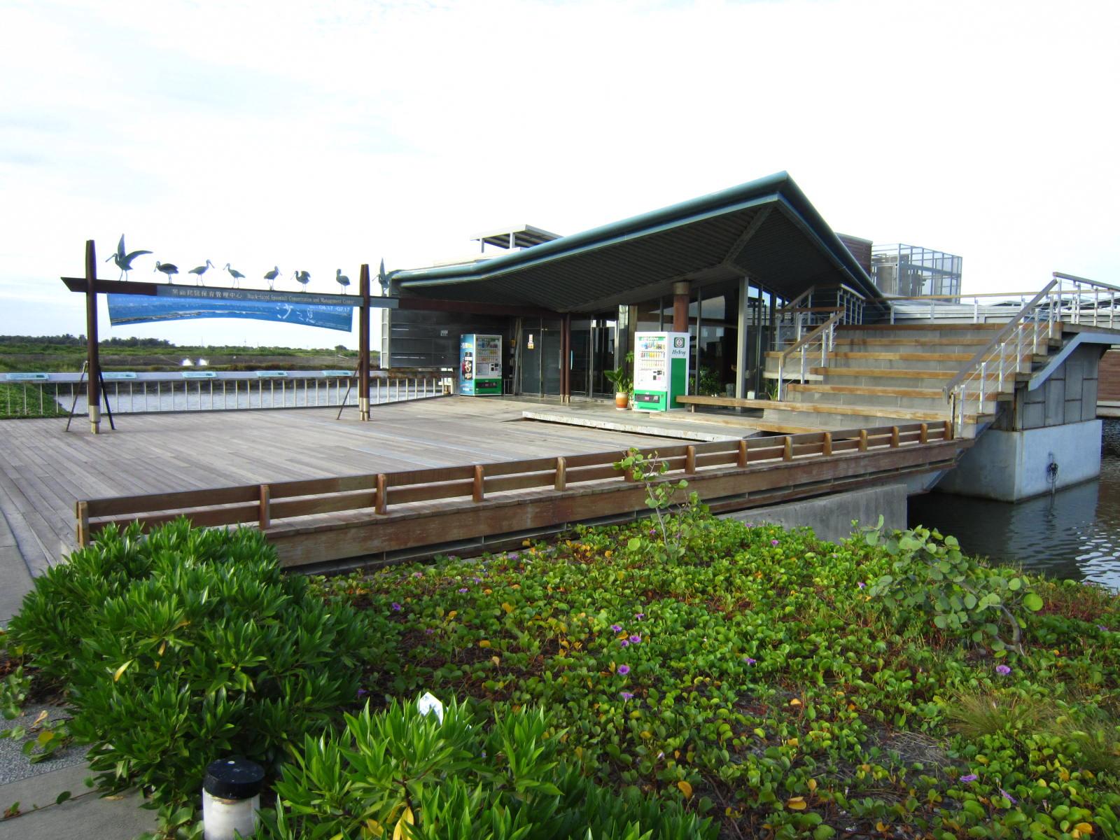 臺南市七股區公所全球資訊網,區內風景景名勝,黑面琵鷺生態展示館介紹。