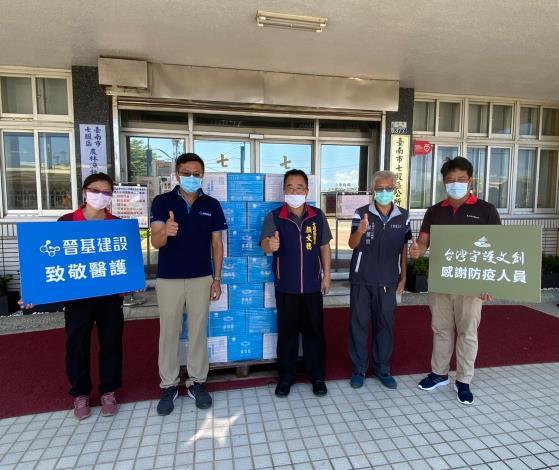 陳仁昌董事長與顏文穗區長共同向防疫人員致意打氣