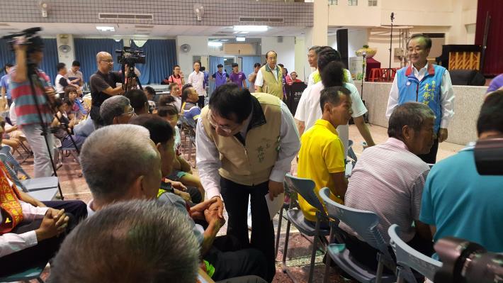 黃市長一一向模範父親握手致意
