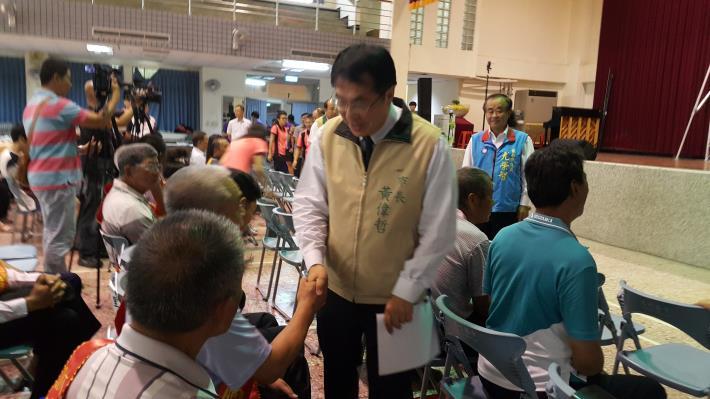 黃市長一一與大內區模範父親握手寒喧