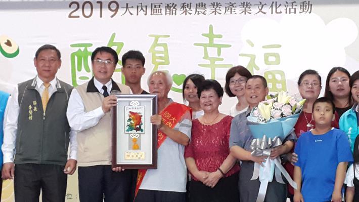 黃市長頒獎給大內區模範父親