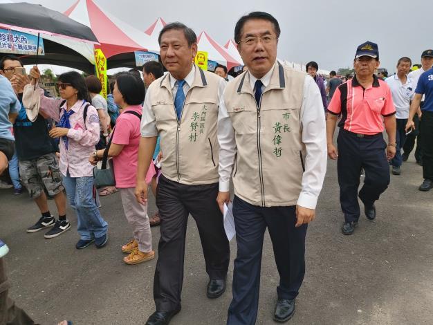 臺南市長黃偉哲在大內區長李賢村的陪同下緩緩進入會場