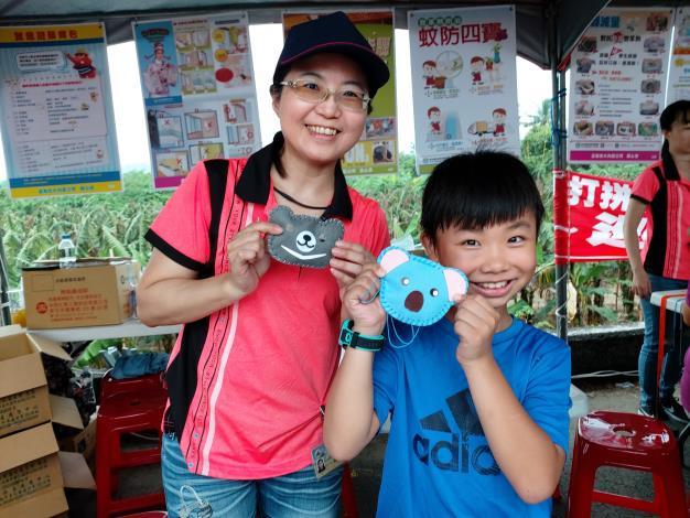 在登革熱及防災宣導攤位上製作驅蚊中藥香包