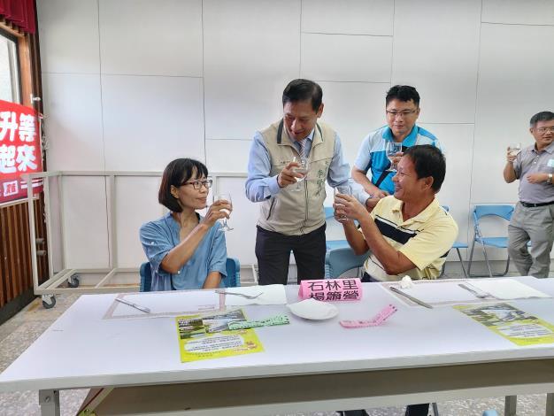 李區長逐一祝賀模範父親