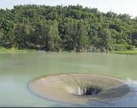 西口小瑞士- 被稱做「小瑞士」的西口,綠草如茵,是踏青郊遊和露營野宿的好地方,最有名的是「天井漩渦」,基本上這是一處人工化的設施,這裡是曾文溪水導入珊瑚潭的進水口,景觀之奇、之妙,也算大地造景。