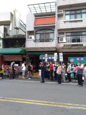 向沿街商家進行宣導防疫觀念