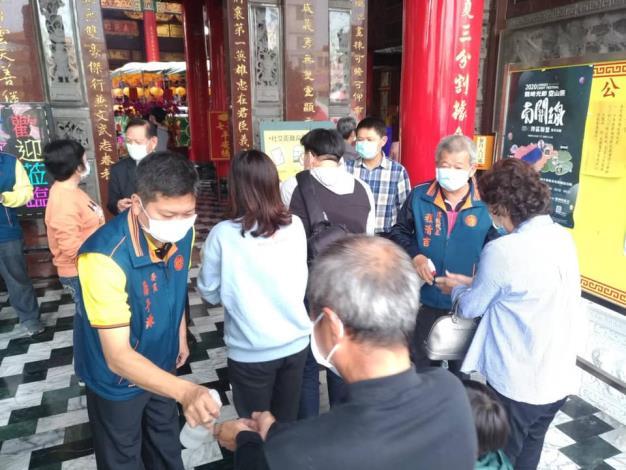 山西宮廟方人員配合對民眾進行防疫措施