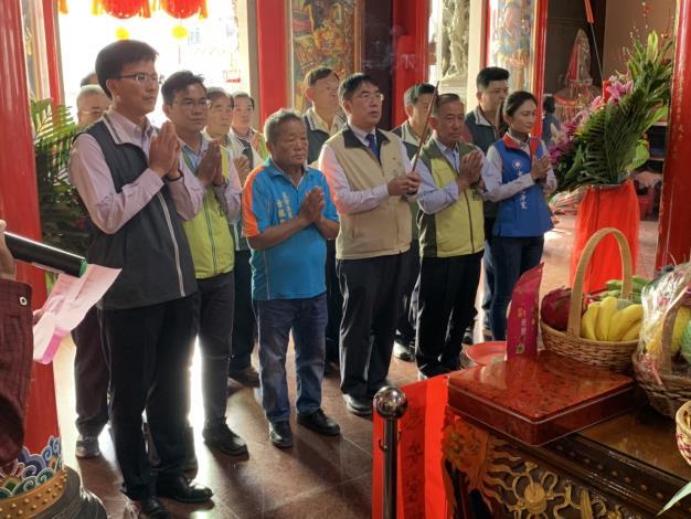 市長黃偉哲帶領大家一同於本區東西庒惠安宮上香敬祈求國泰民安風調雨順