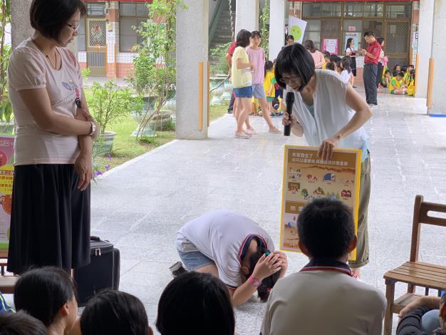 地震避難姿勢練習