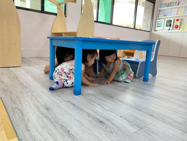 我們一起躲在桌子底下喔